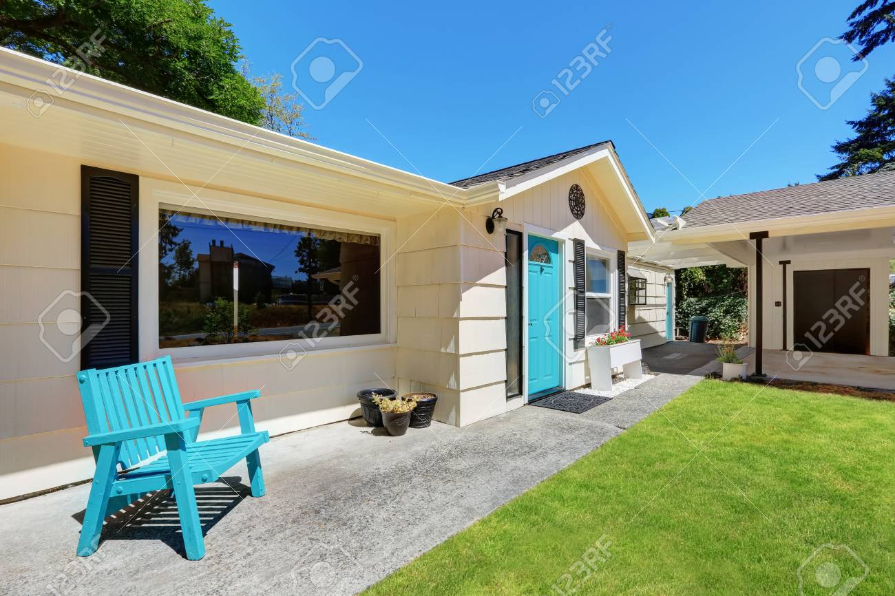 Exter de rambler américain avec terrasse couverte et la pelouse bien  entretenue. Northwest, États-Unis