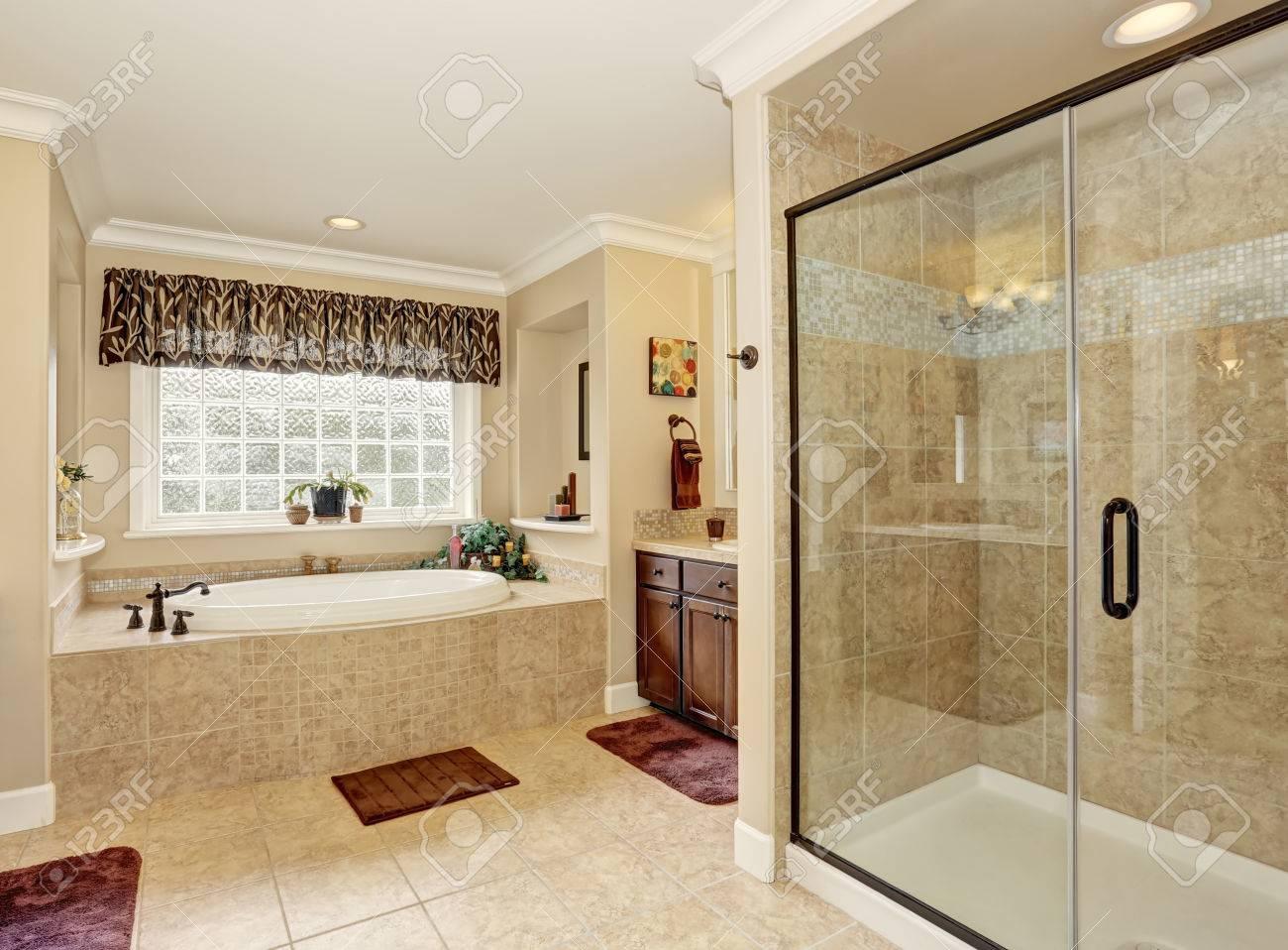 diseño del baño principal con baldosas de color beige. vista de la