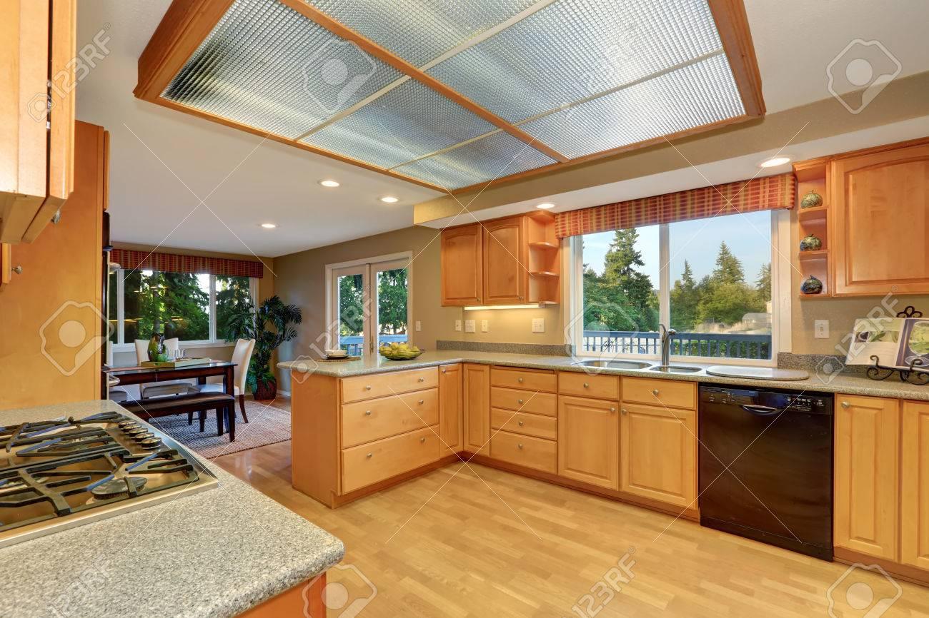 Entre bois clair cuisine avec puits de lumière et de plancher de bois  franc. vue sur la salle à manger. Northwest, États-Unis