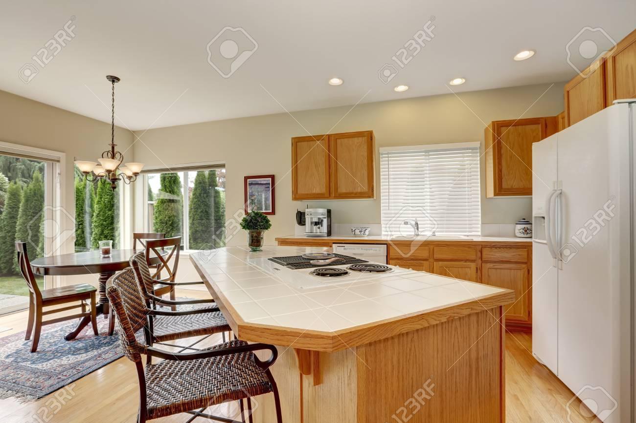 Ilot Cuisine Table A Manger intérieur en bois clair cuisine avec îlot de cuisine et en osier tabourets.  vue de table de salle à manger ensemble. northwest, États-unis