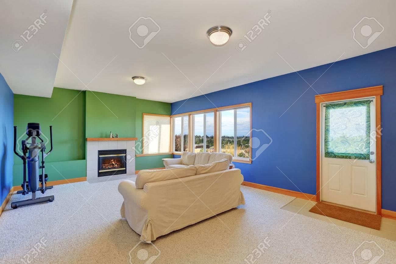 Conception de salon américain typique. Ensemble de sofa, cheminée et tapis.  Northwest, États-Unis