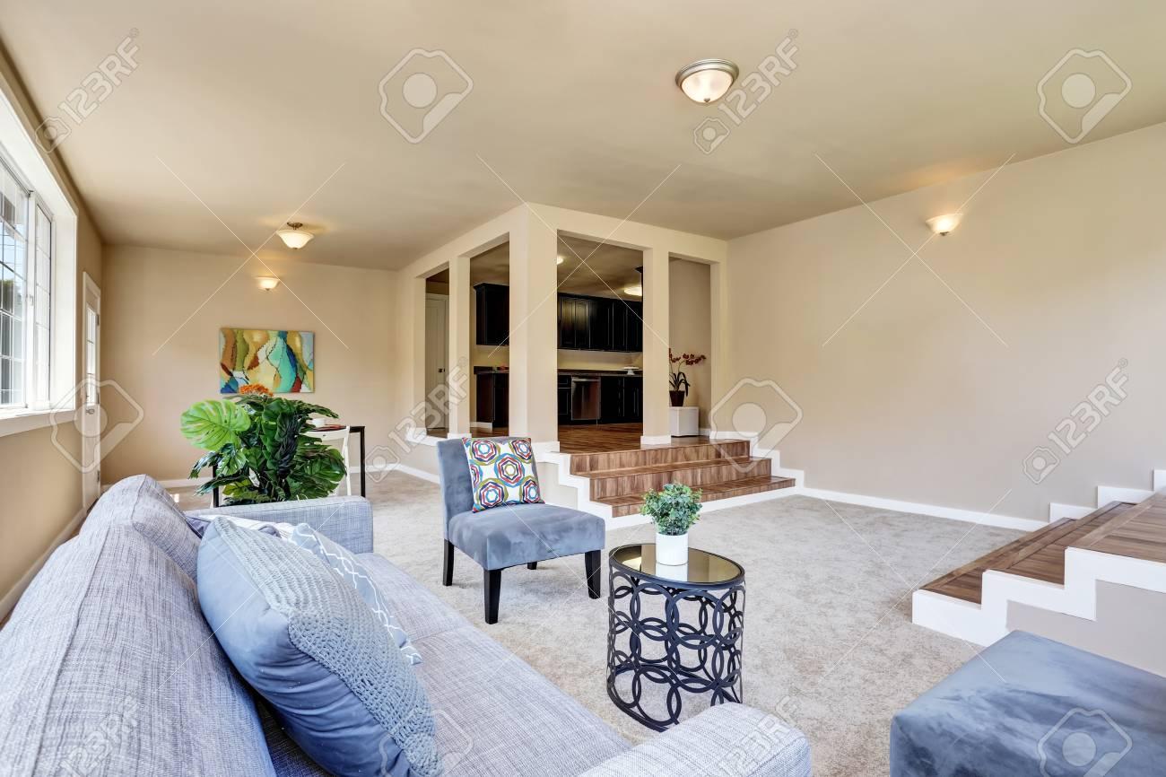 Pareti Soggiorno Beige : Interno del corridoio in pareti beige soggiorno con divano