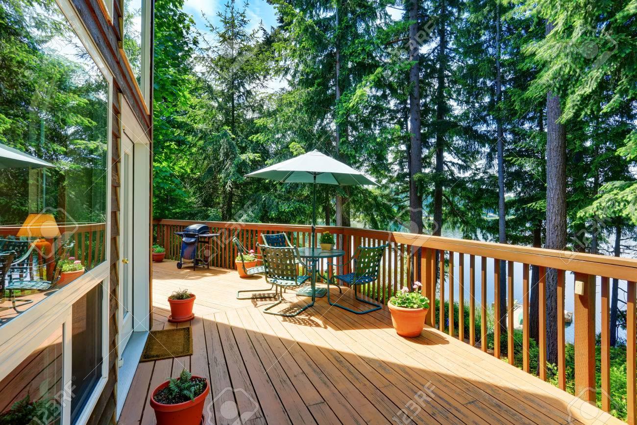 Balcon Extérieur De La Maison Avec Patio Et Parapluie Vert Ouvert