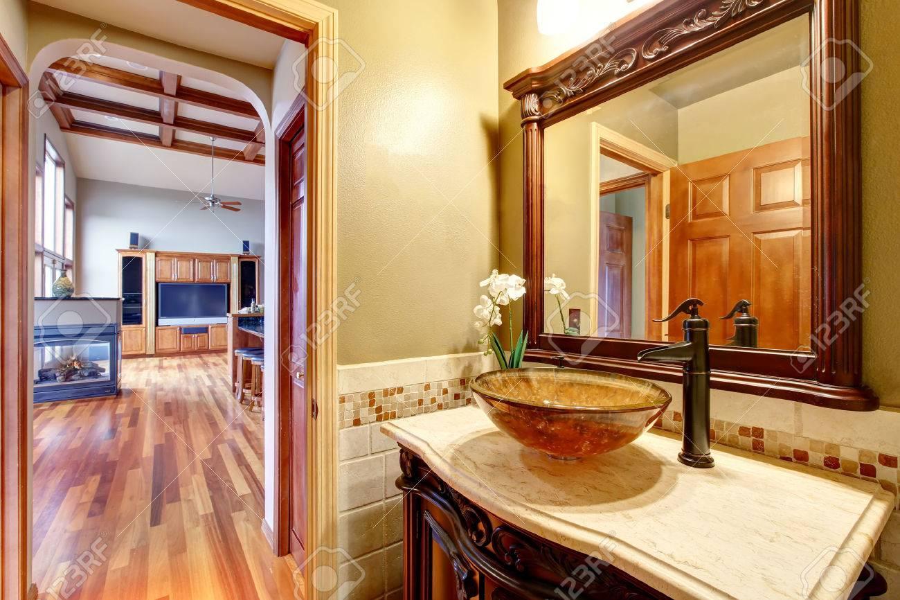 Cuarto De Baño, Entre En La Casa De Lujo. Mueble De Baño Vanidad ...