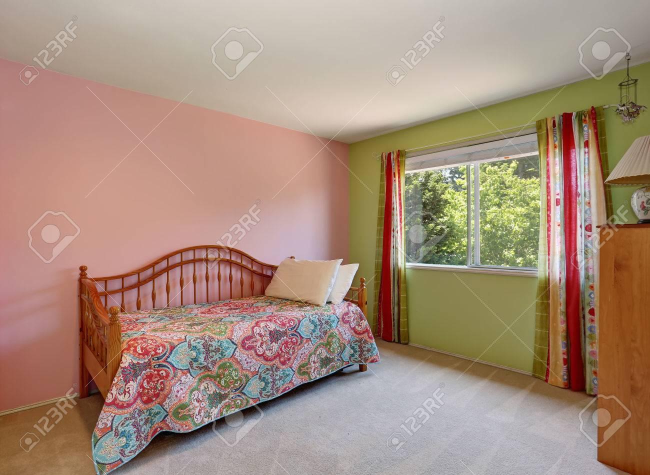 Inter Chambre Adulte Rose Moderne. Aussi Mur Vert Et Rideaux Colorés ...
