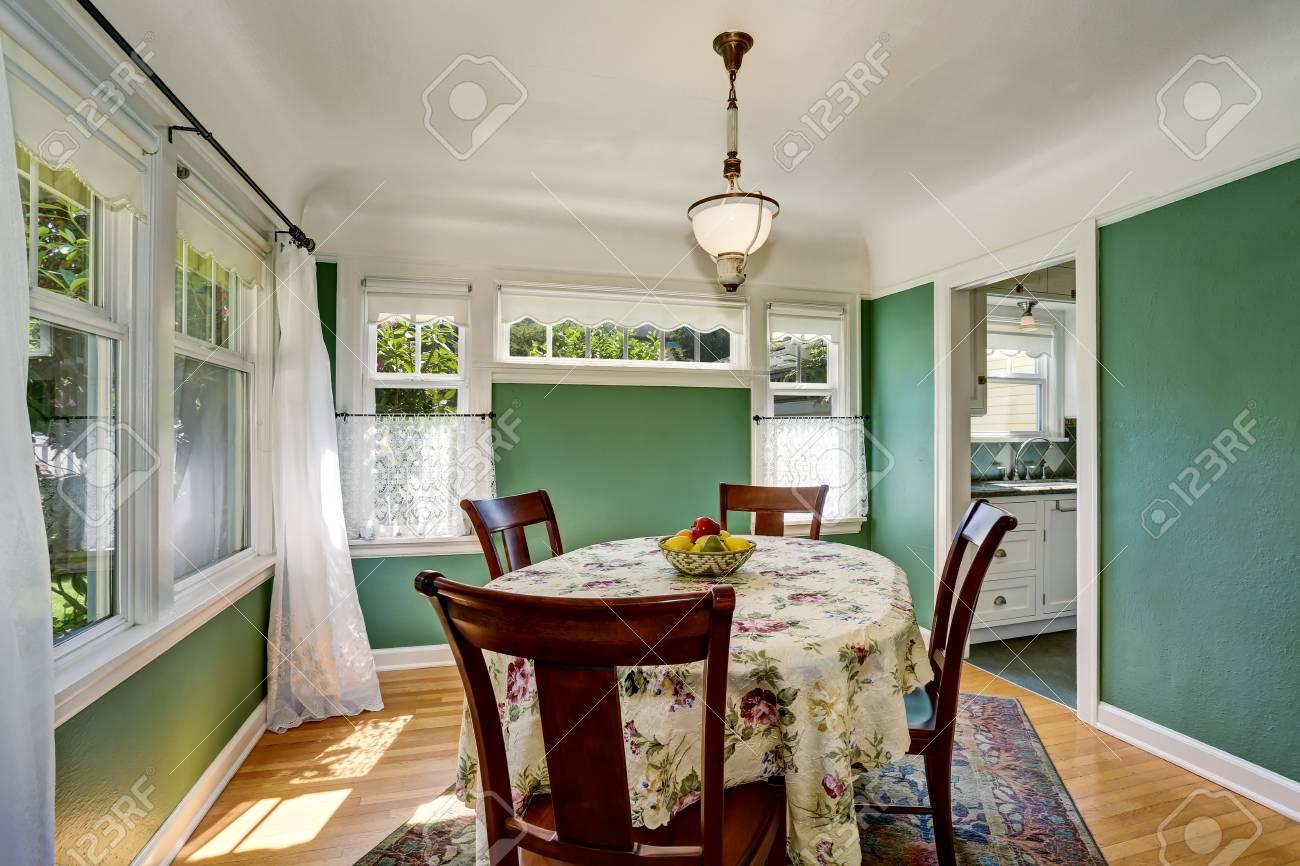 Merveilleux Salle à Manger Traditionnelle Avec Table En Bois. Plan Du0027étage Ouvert.  Northwest