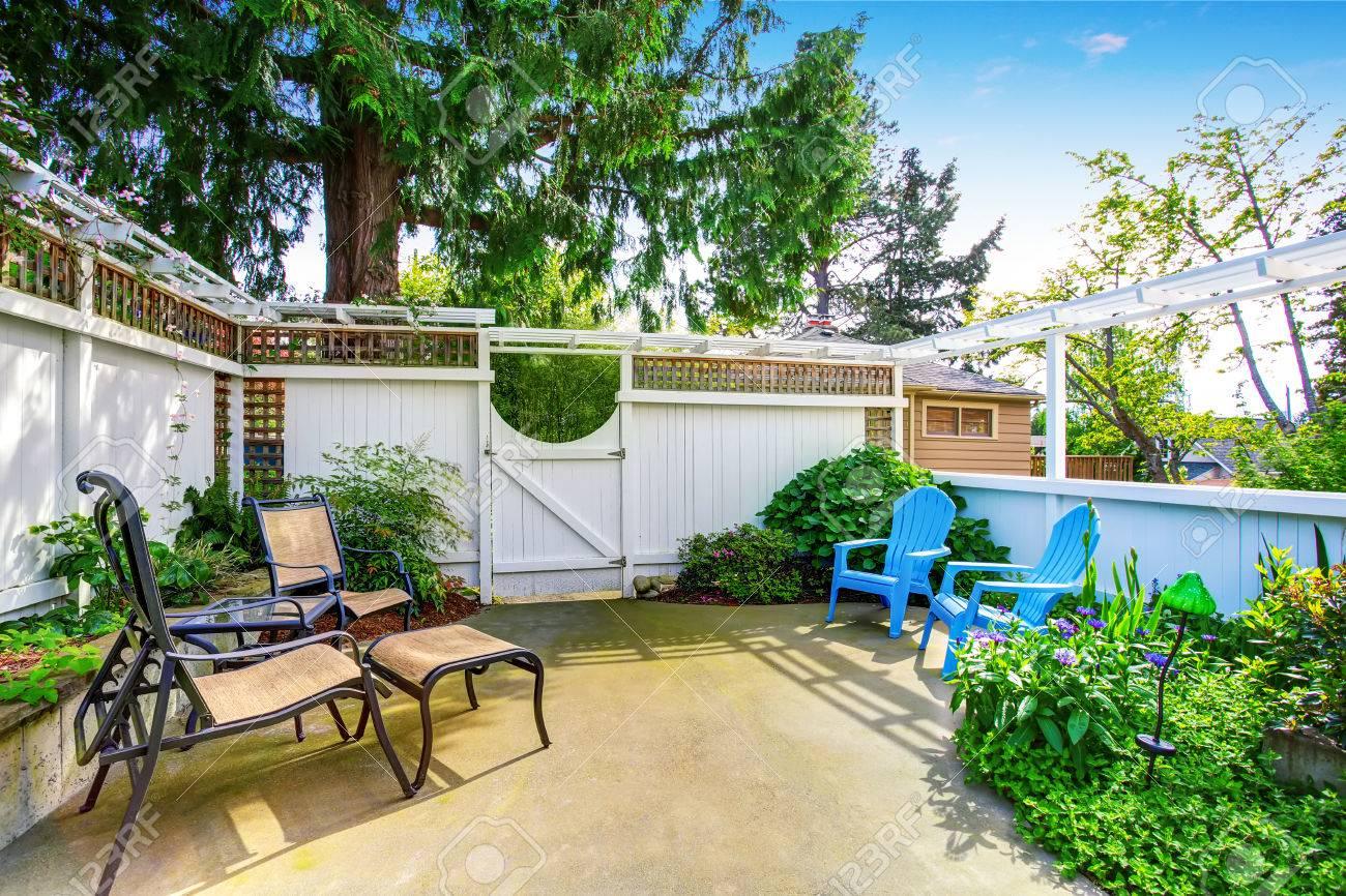 Maison De Jardin Jaune Avec Patio Et Clôture En Bois Blanc. Nord ...