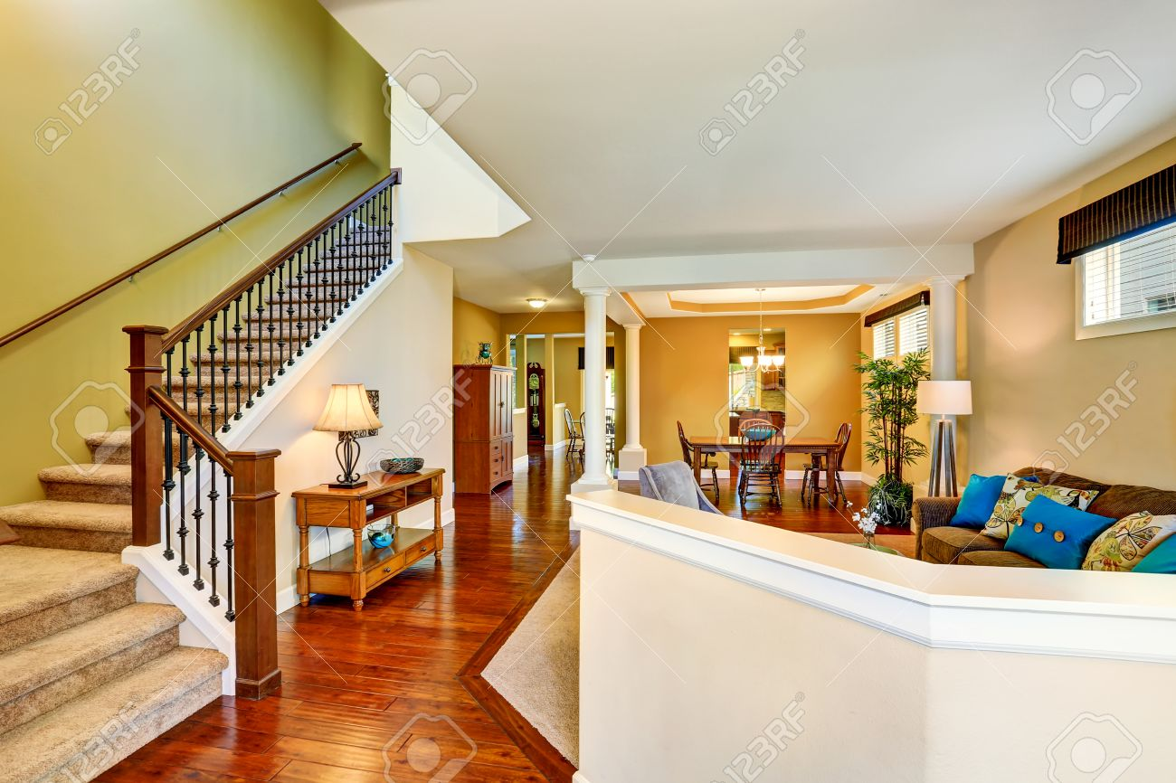 Moderne Treppe Wohnzimmer