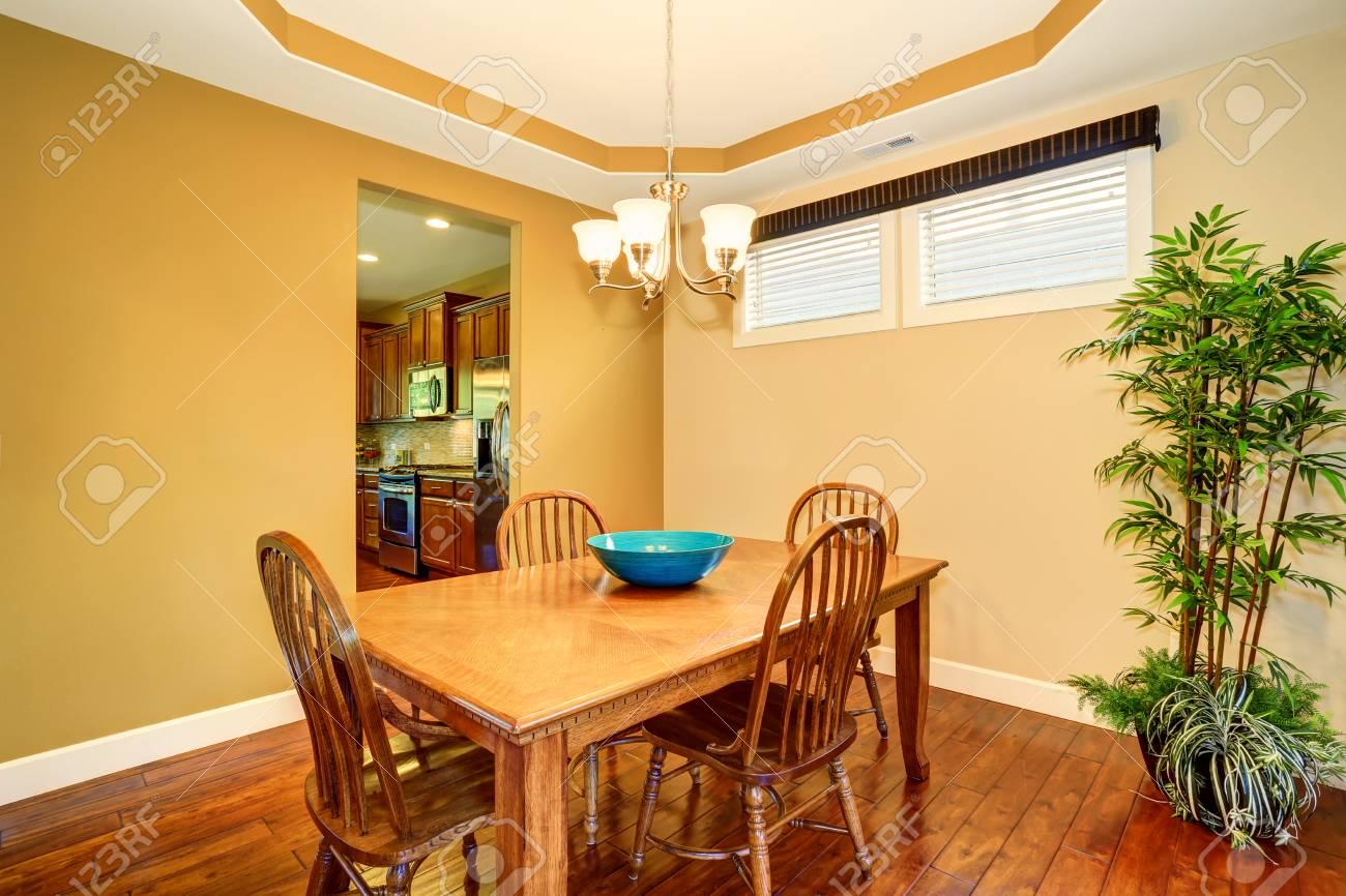 Tavoli Sala Da Pranzo In Legno : Tavolo da pranzo e sedie in legno set. sala da pranzo interna