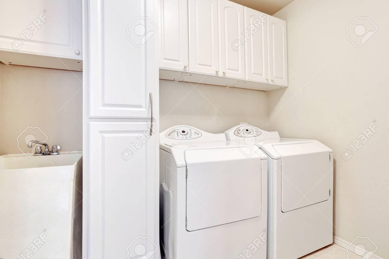 Weiß waschraum mit waschmaschine und trockner northwest usa
