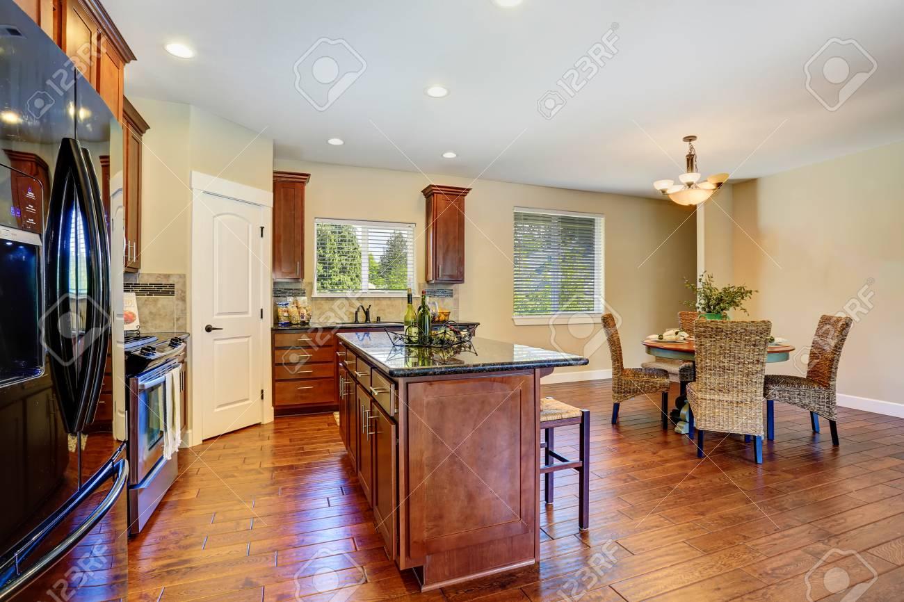 Luxe keuken met moderne zwarte toestellen. keuken is verbonden met