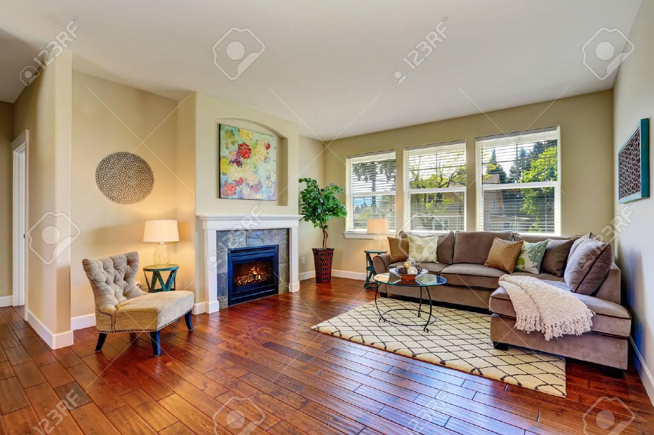 Gemütliches Wohnzimmer Interieur Mit Kamin, Beige Wände Und Parkett.  Northwest, USA Standard