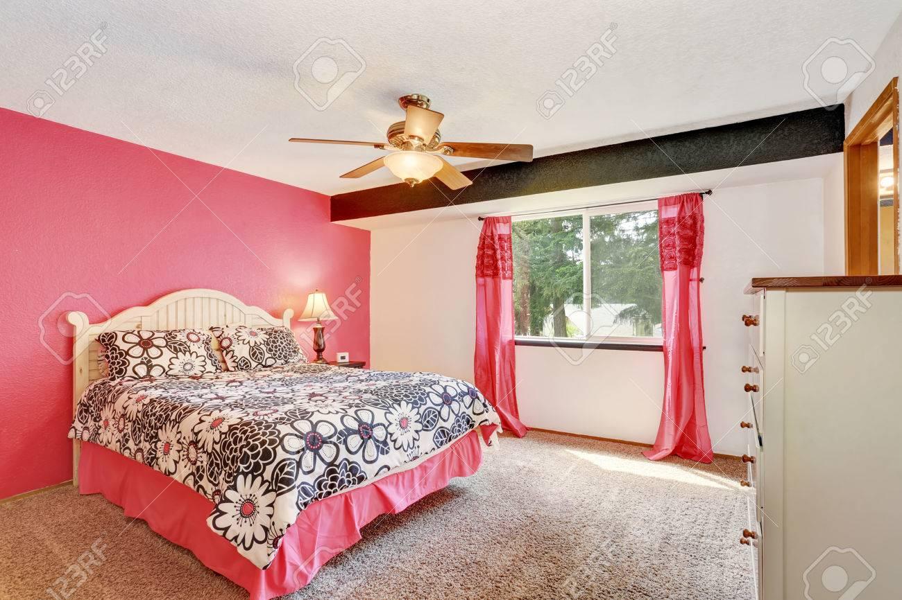 Moderne Rosa Schlafzimmer Mit Weißen Möbeln Und Teppichboden. Auch ...