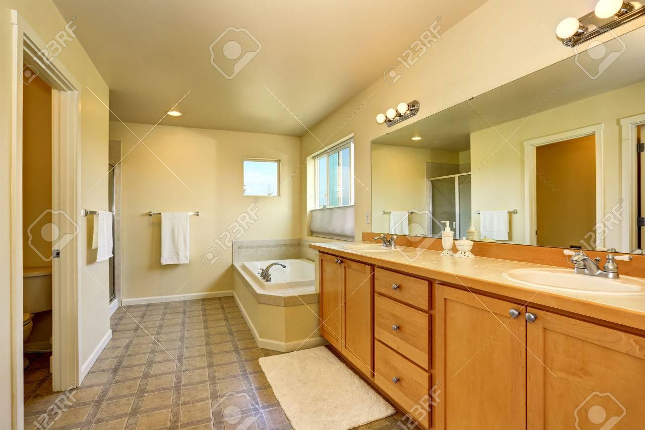 Intérieur De Salle De Bains Avec Meuble Vasque Grand Miroir Et