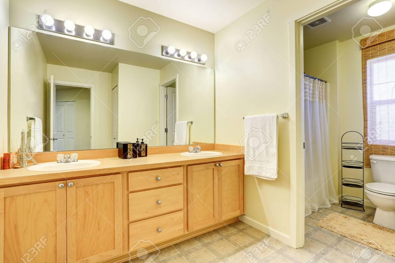 Interior De Bano Con Mueble Tocador Espejo Grande Y Aseo Noroeste