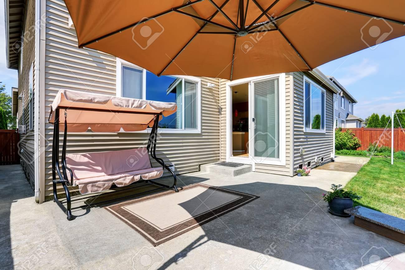 gemütliche betonboden terrasse im hinterhof gartenschaukel