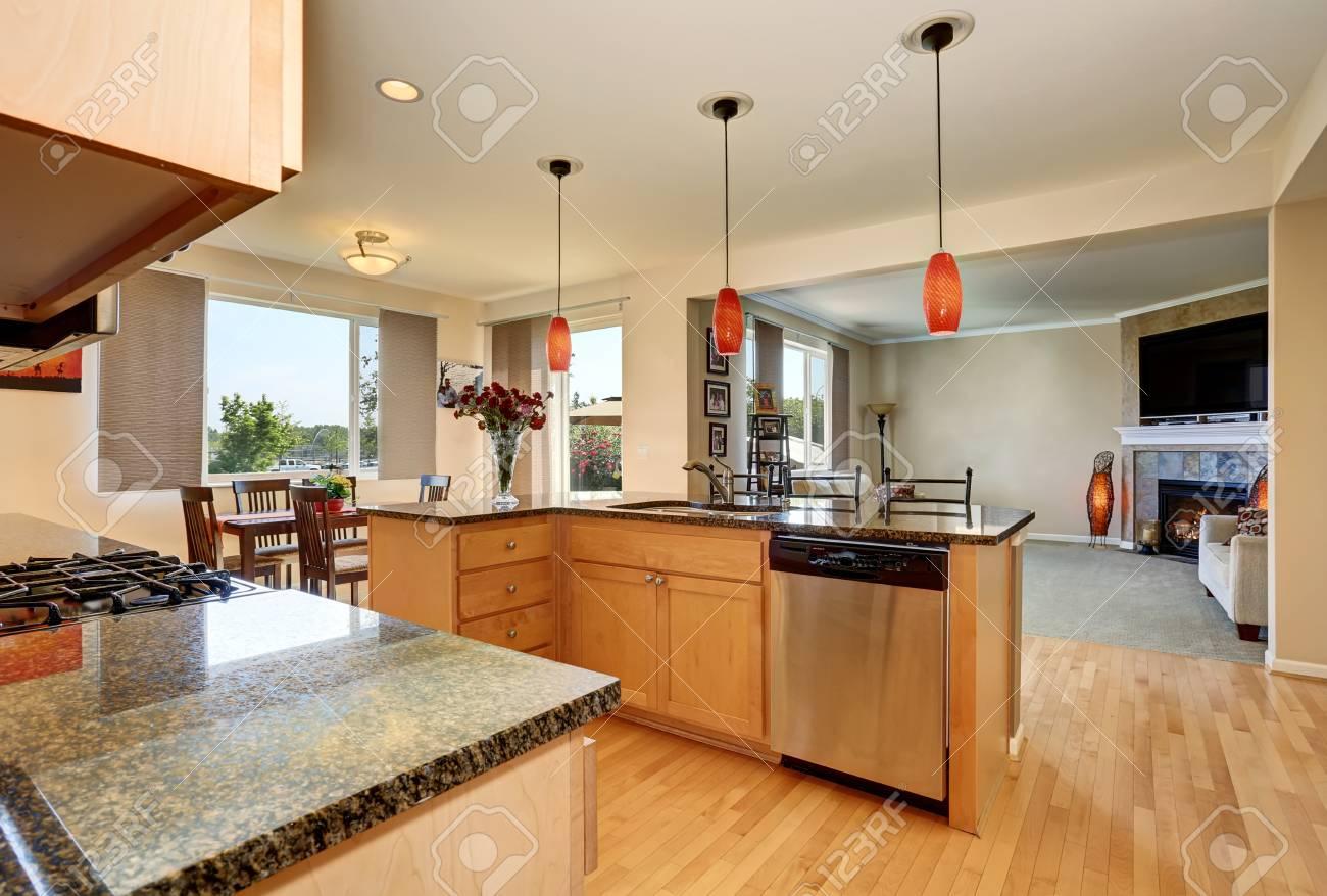 Offene Grundriss. Küche Innenraum Mit Granit Zähler Nach Oben Und ...