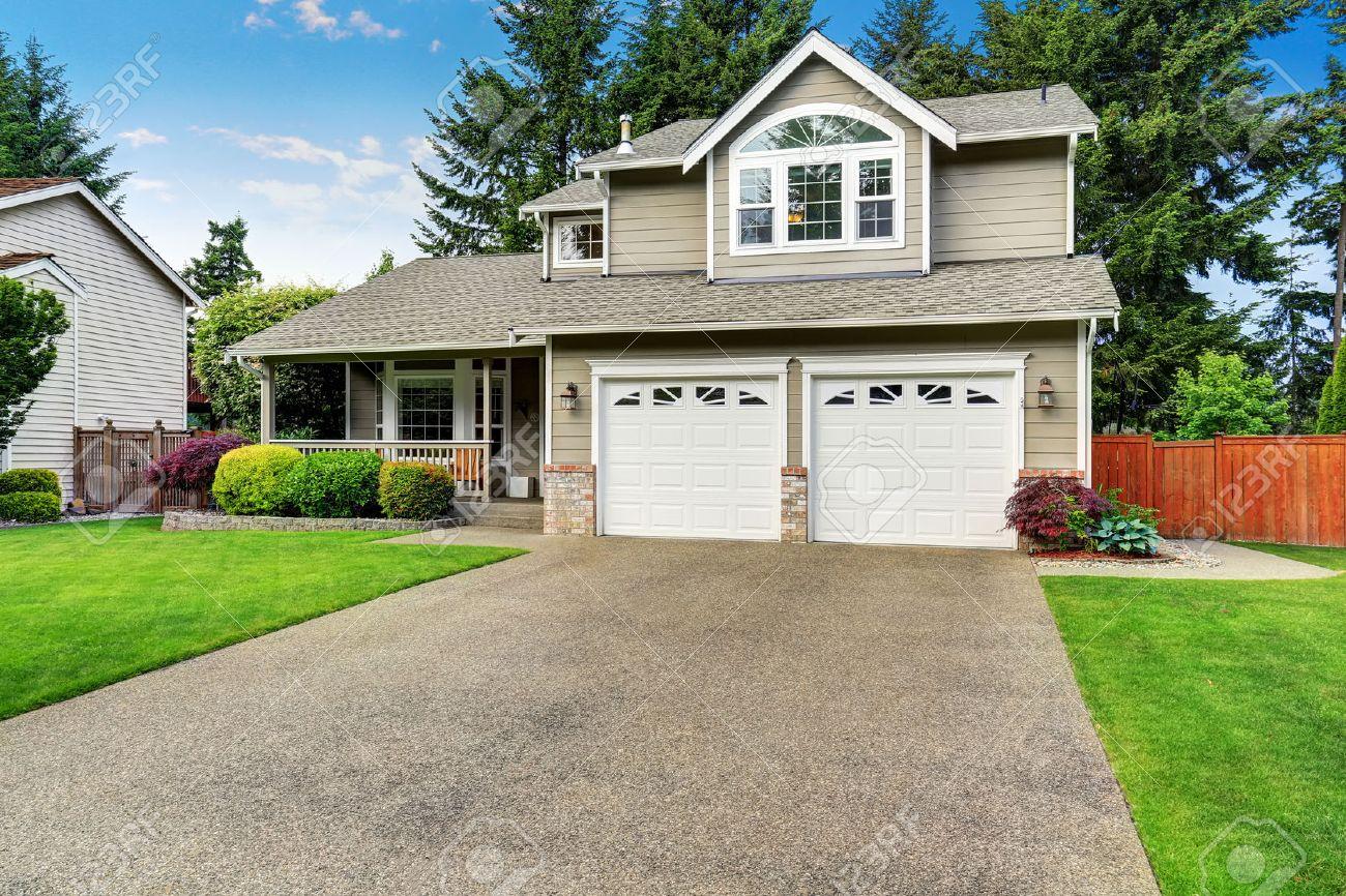 Curb appel. extérieur de la maison américaine avec double garage, véranda  de plancher en béton et la pelouse bien entretenue. Northwest, ...