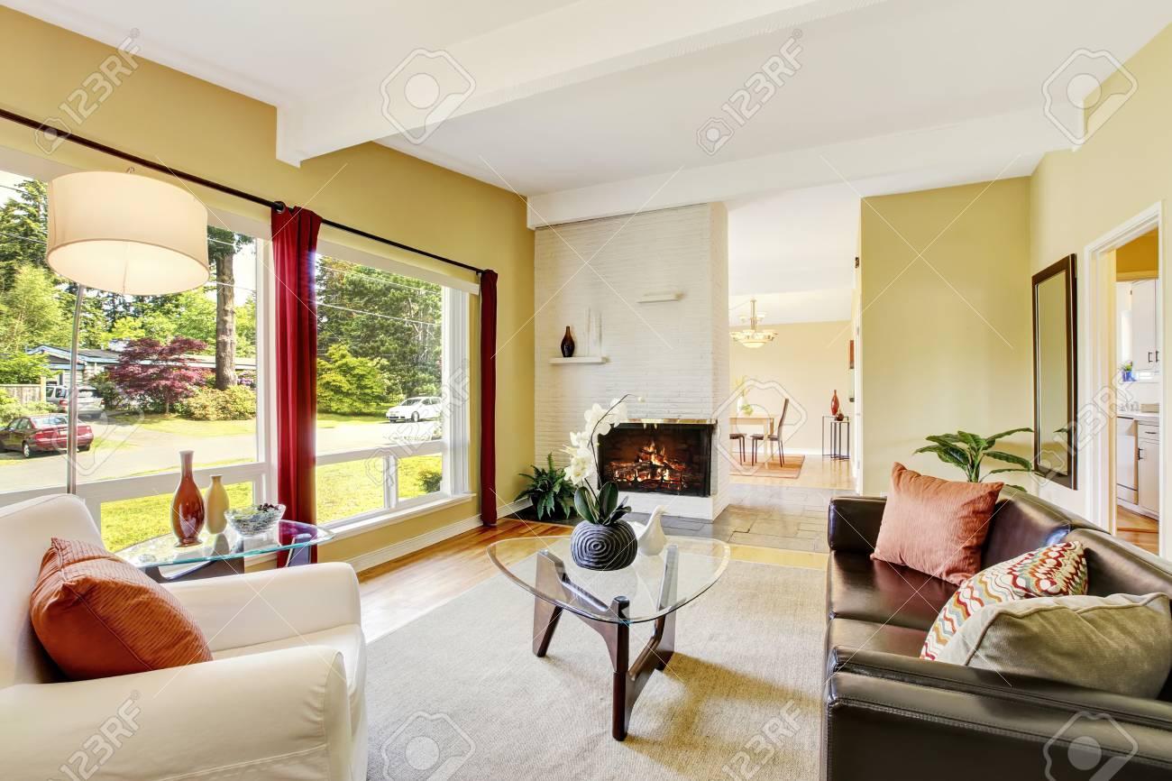 Intérieur salon moderne avec deux fenêtres, cheminée et table basse en  verre. Nord-Ouest, États-Unis