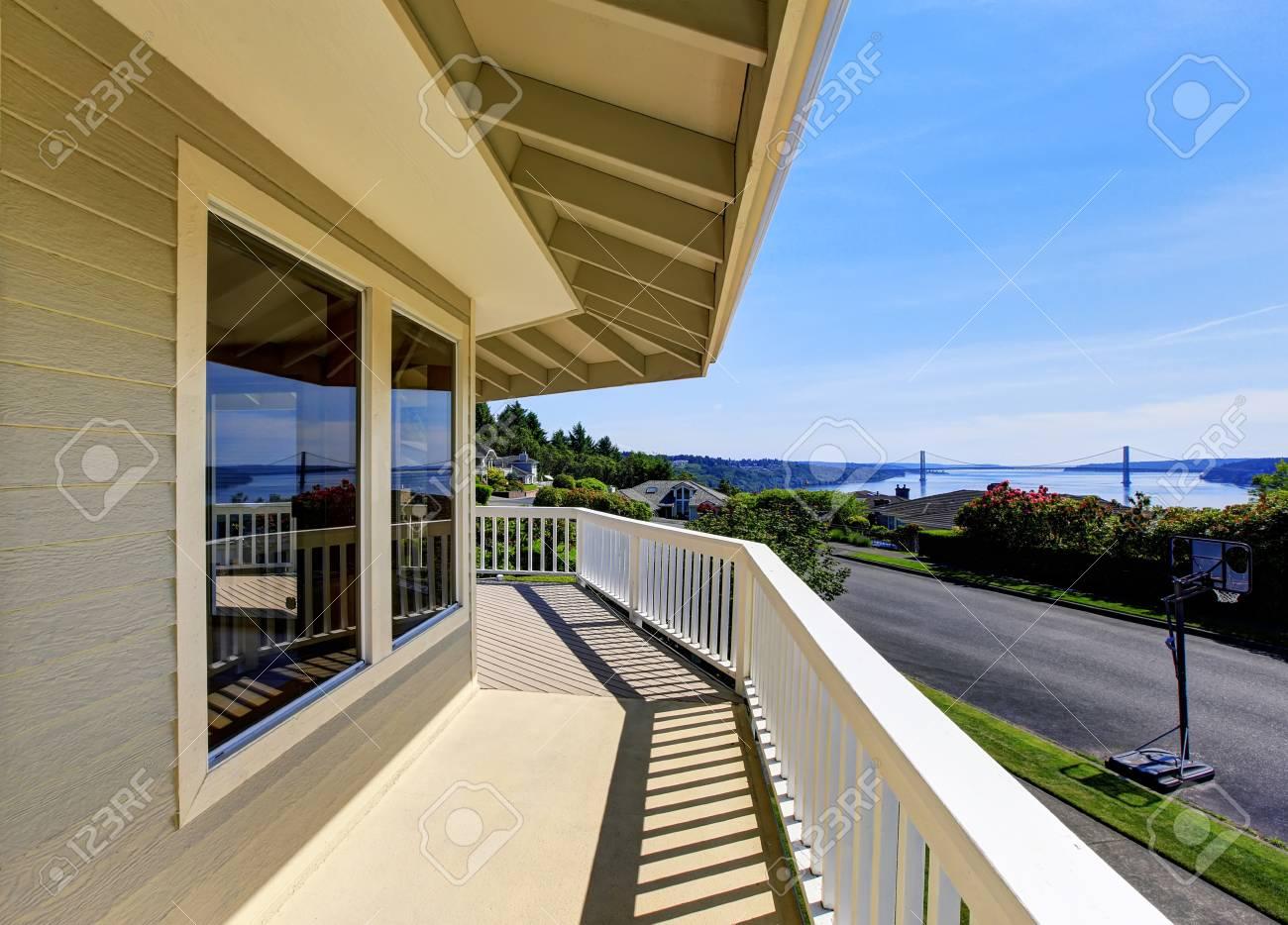 Balkon Haus Außen Mit Holzgeländer Und Perfekte Sicht. Northwest ...