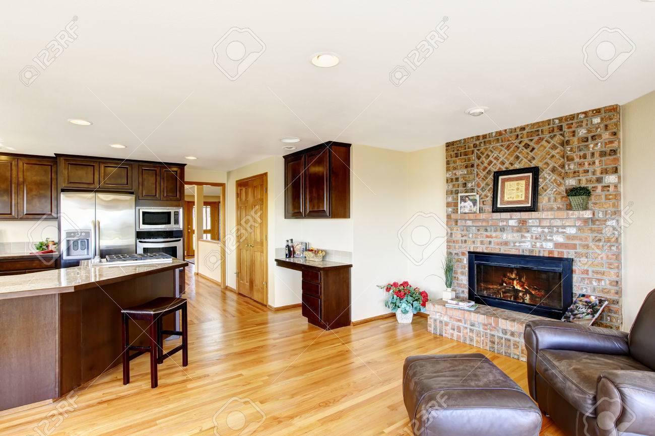 Offene Grundriss Küche Und Wohnzimmer Interieur Mit Gemauerten Kamin.  Nordwest. USA Standard