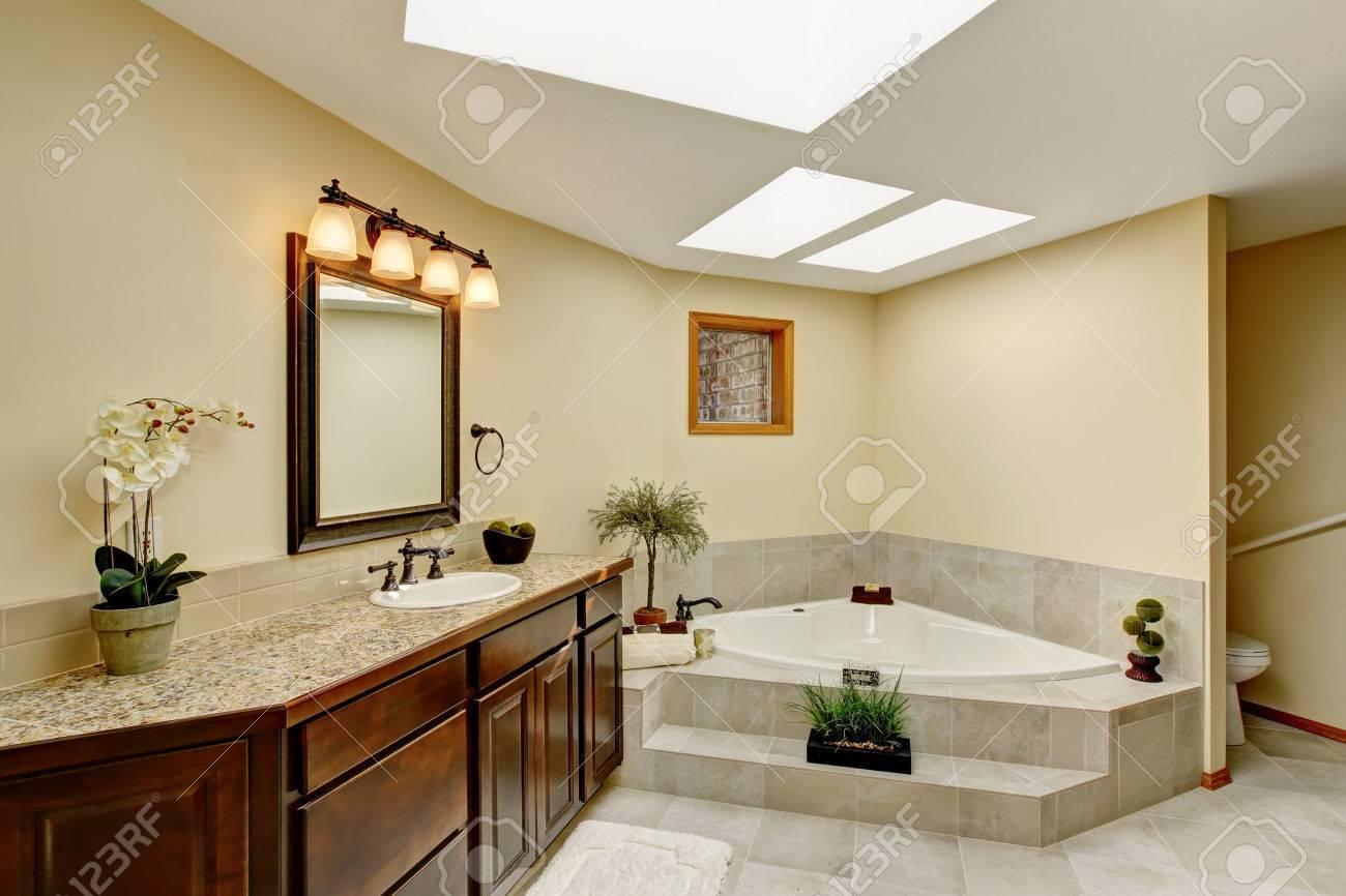 Salle de bain moderne avec meuble vasque avec comptoir en granit et  baignoire blanc. Nord-Ouest, États-Unis