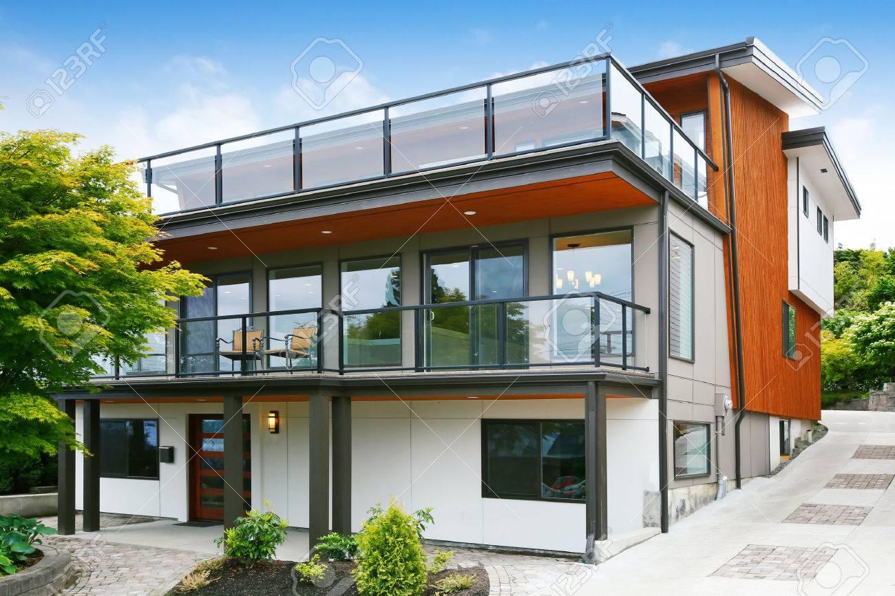 Moderne Drei Level-Haus Exter Mit Holzverkleidung Und Geräumige Zwei ...