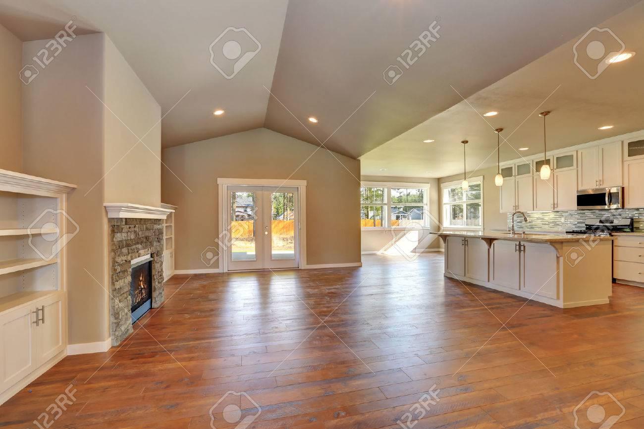 Offenes Wohnzimmer Zwischen Mit Viel Platz. Küche Zimmer Blick ...