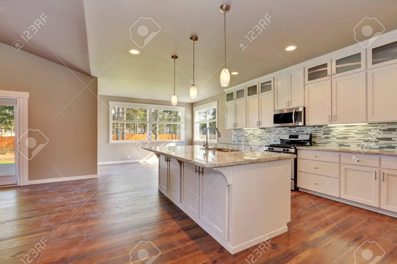 Perspectives à la cuisine de luxe moderne dans une maison neuve design dintérieur
