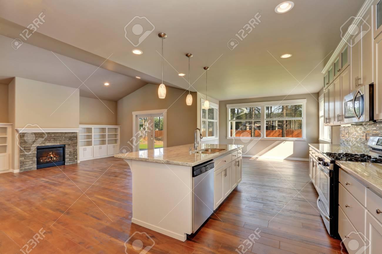 Outlook An Der Moderne Luxus-Küche Mit Dem Wohnzimmer Auf Der ...