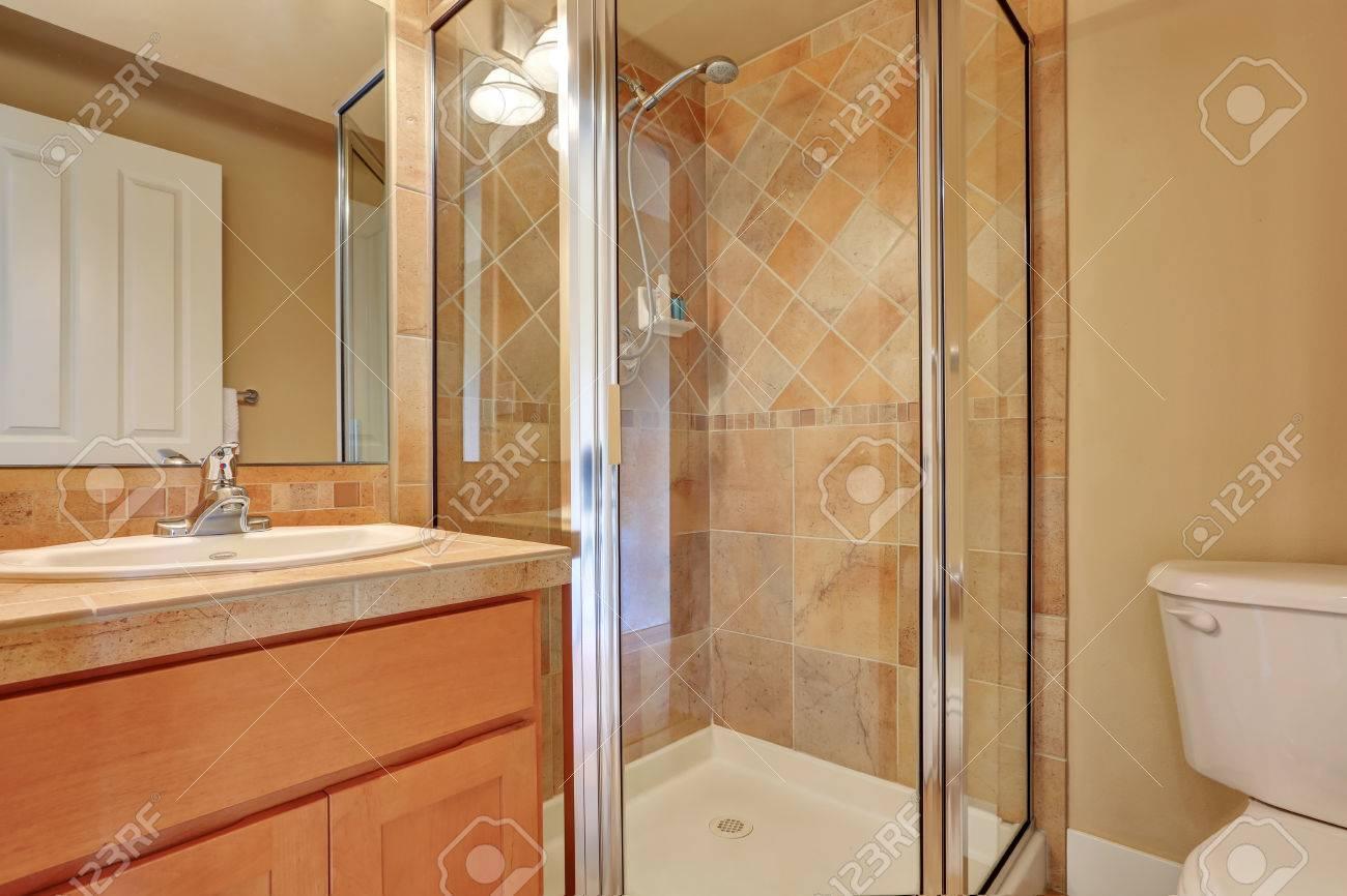 Bagno tradizionale con vetro schermato doccia con finiture muro di