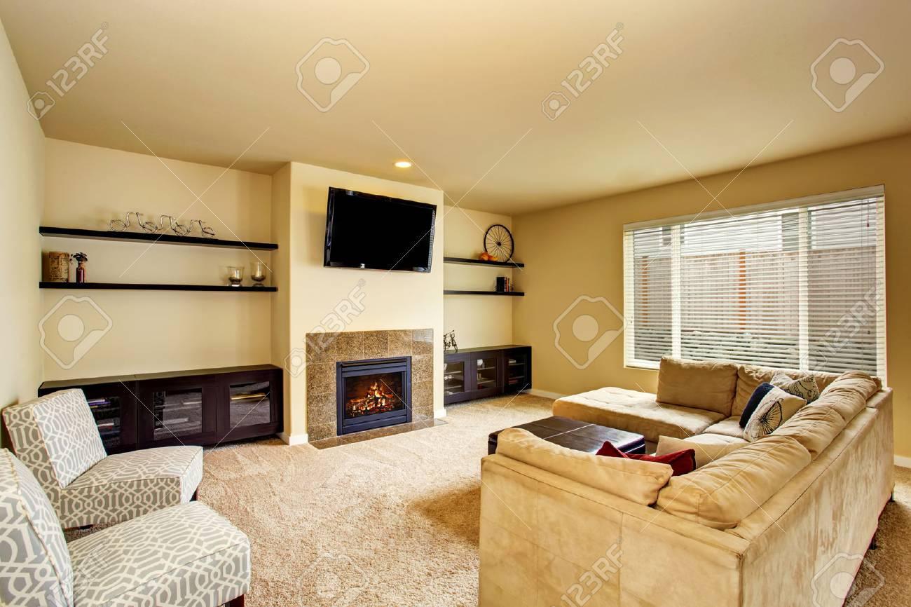 Gemütliches Wohnzimmer   Gemutliches Wohnzimmer In Beigetonen Mit Teppichboden Und Kamin