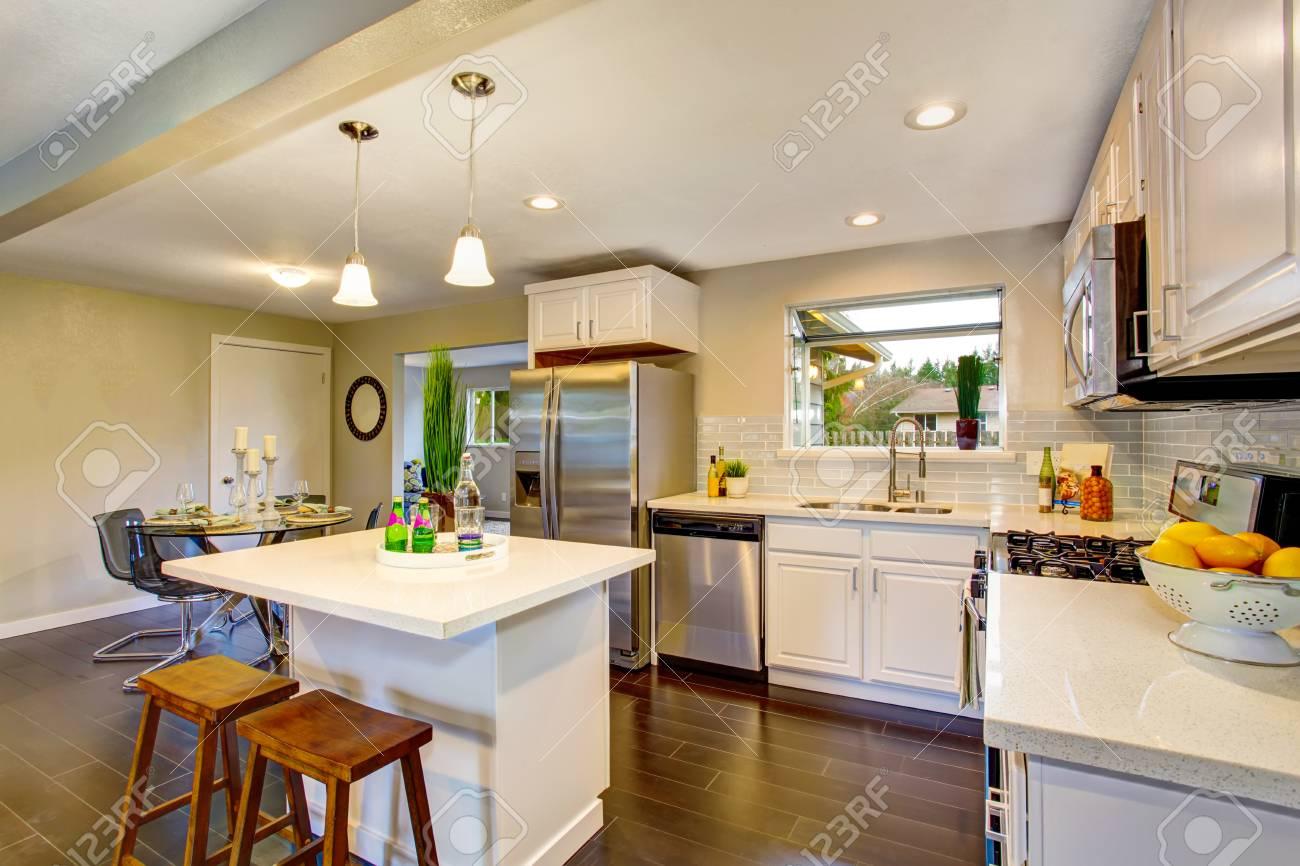 Interior Moderno De La Habitación De La Cocina Con Los Gabinetes ...
