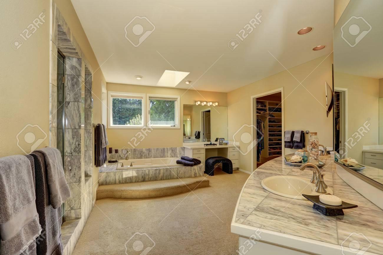 Maestro bagno in marmo, tra con cabina armadio, moquette e vanità con i  cassetti. Northwest, Stati Uniti d\'America