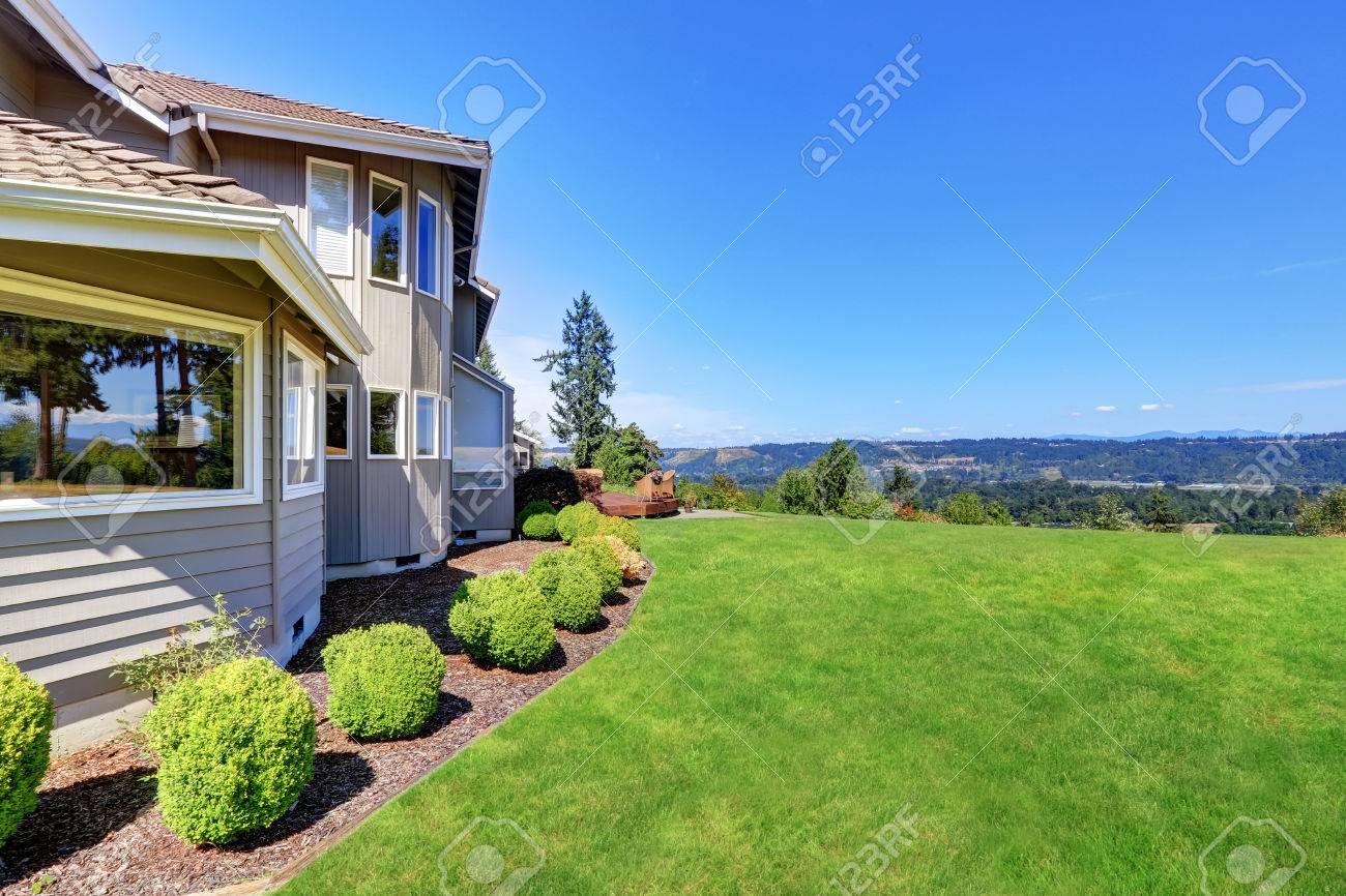 Exterieur Maison De Luxe Avec Jardin Et Arbustes Remplis D Herbe