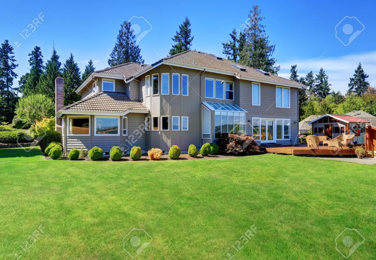 Gran Bordillo Atractivo De La Casa De Lujo Con Terraza De Atrás Y El Césped Bien Cuidado Noroeste Ee Uu