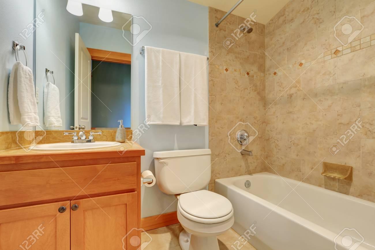 Bagno interno con finiture muro di piastrelle di marmo e piccola