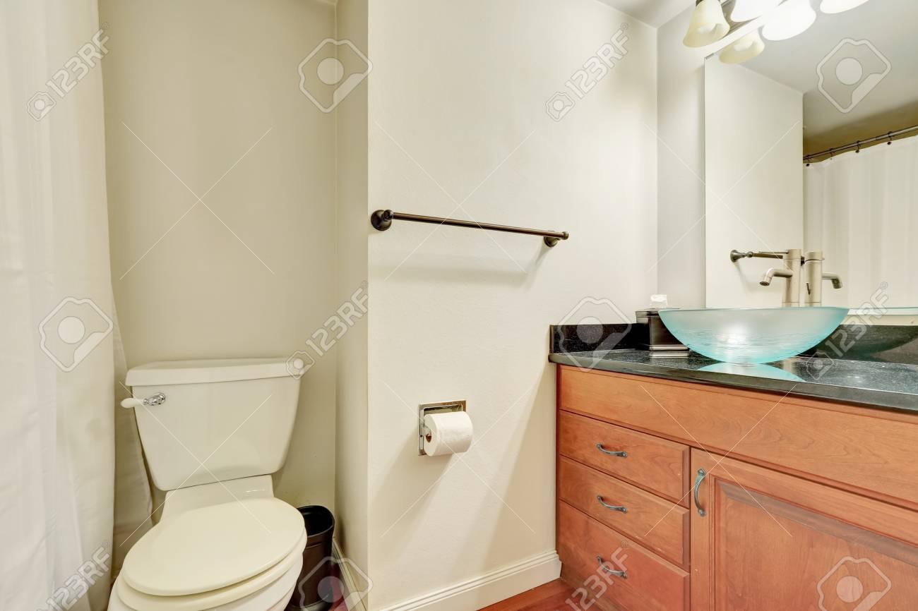 Intérieur blanc de salle de bain avec vanité en bois et verre lavabo bleu.  Northwest, États-Unis