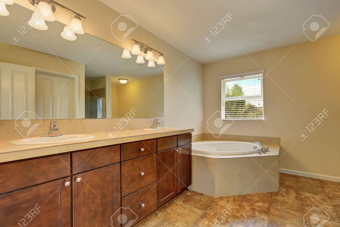 foto de archivo gran interior cuarto de bao con baera de esquina suelo de mrmol mueble tocador con dos lavabos y un espejo grande noroeste eeuu