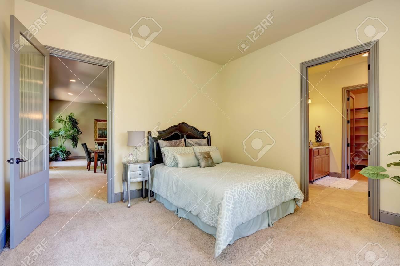 Chambre Ouverte Salle De Bain elégant lit en bois sculpté. intérieur de la chambre avec porte ouverte sur  la salle de bain. nord-ouest des États-unis