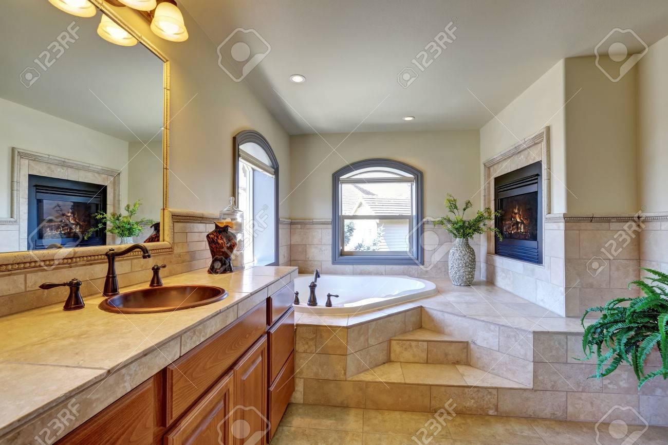 Interieur Großes Badezimmer In Luxus Haus Mit Kamin, Eckbadewanne Mit  Treppen Und Fliesenverkleidung.