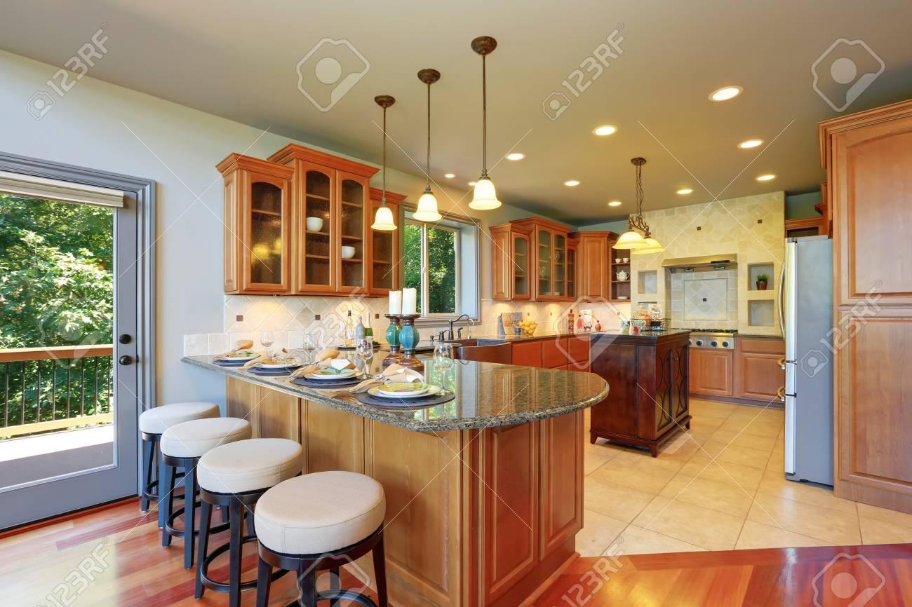 Luxus-Küche-Raum Zwischen Den Mit Schränken Und Granit. Bartheke Mit ...