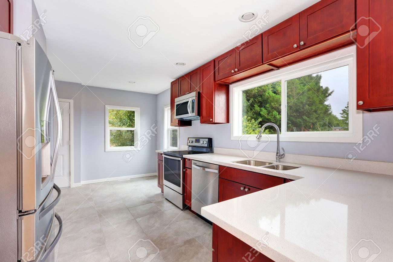 Immagini stock interno della cucina di lavanda con armadi