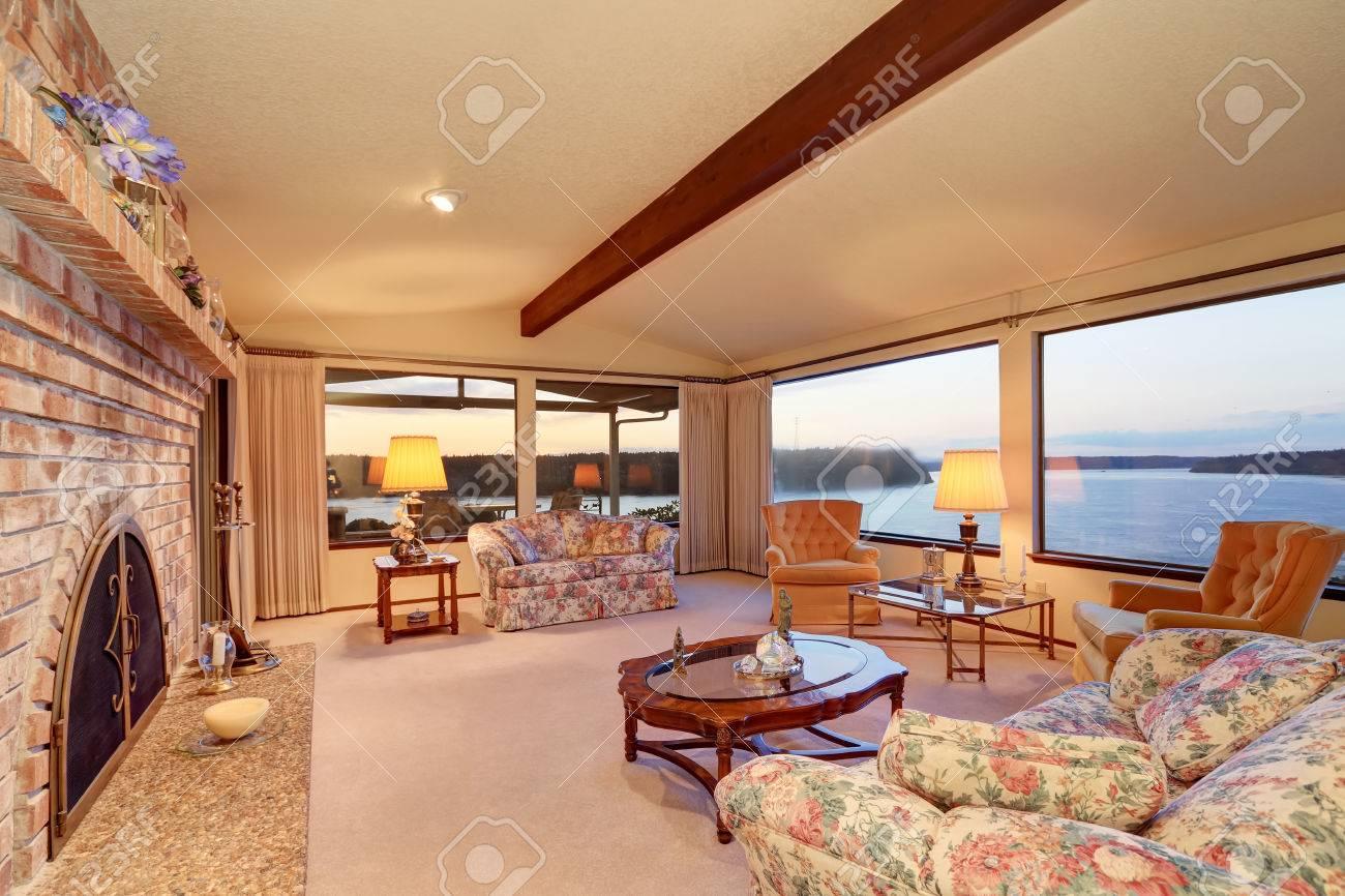 Perfekt Luxus Kamin ~ Luxus innenraum wohnzimmer mit gewölbter decke ziegelmauer mit