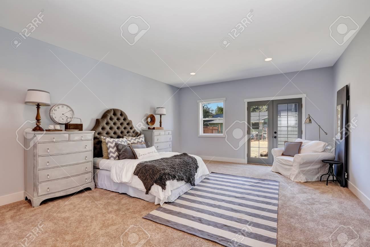 Retro Stil Schlafzimmer In Pastelltönen Mit Vintage Möbeln. Elegantes Bett  Mit Braunen Polsterkopfteil