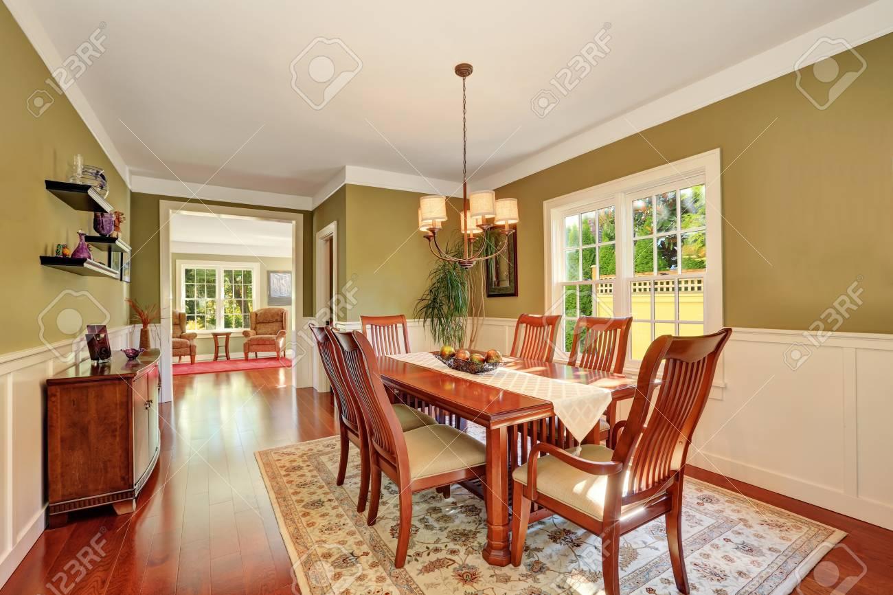 Tavoli Sala Da Pranzo In Legno : Immagini stock marrone e tonalità di oliva interni della sala da