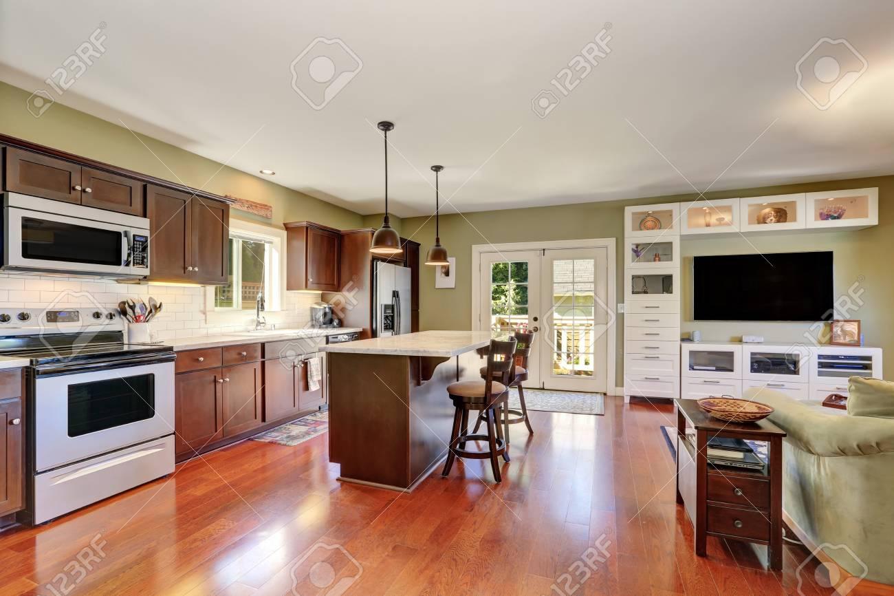 Open Keuken Bar : Open keuken interieur met deep brown opslag combinatie en bar met