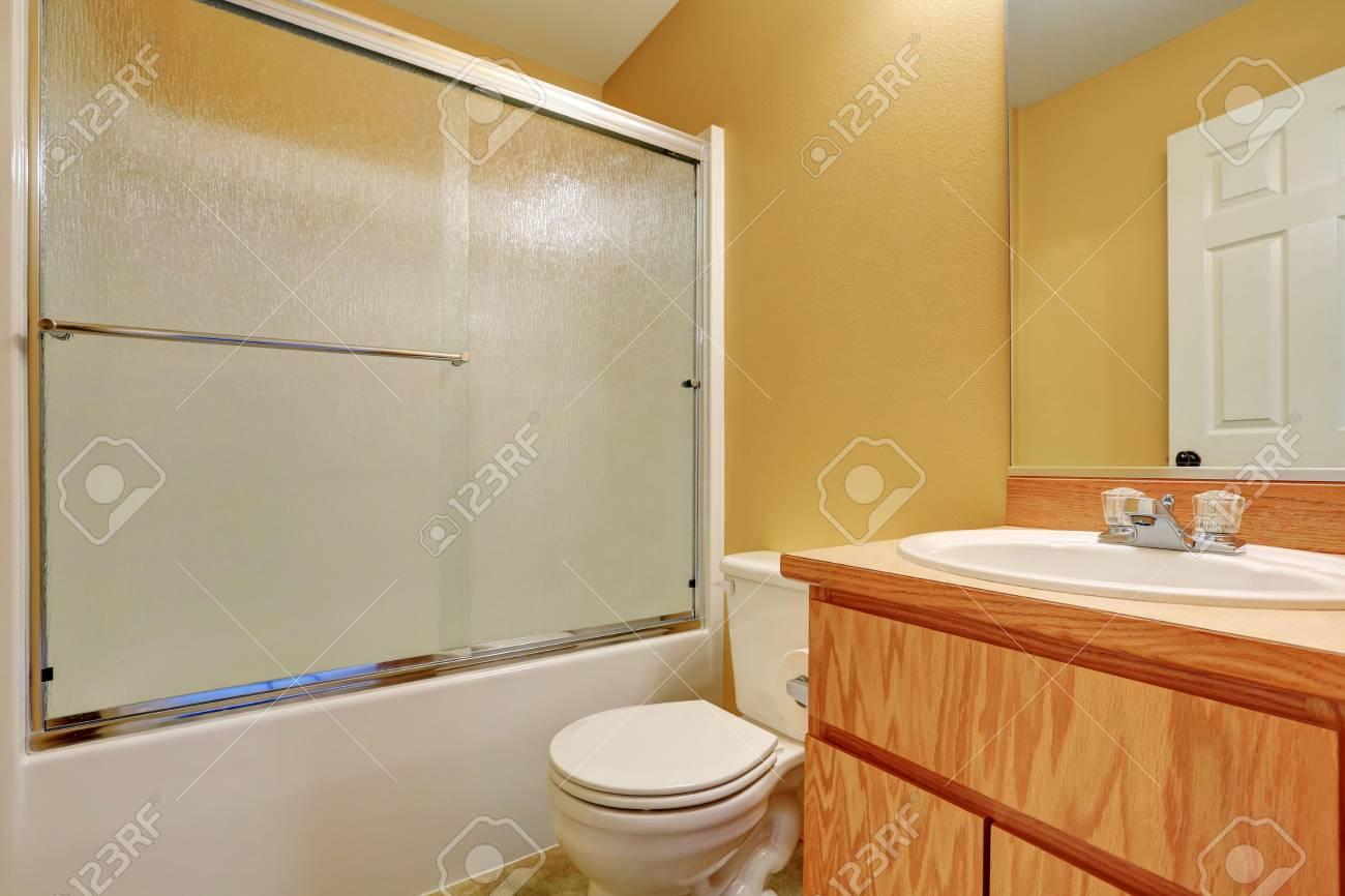 Vasca Da Bagno Espanol : Immagini stock giallo pareti del bagno con vetro schermato vasca