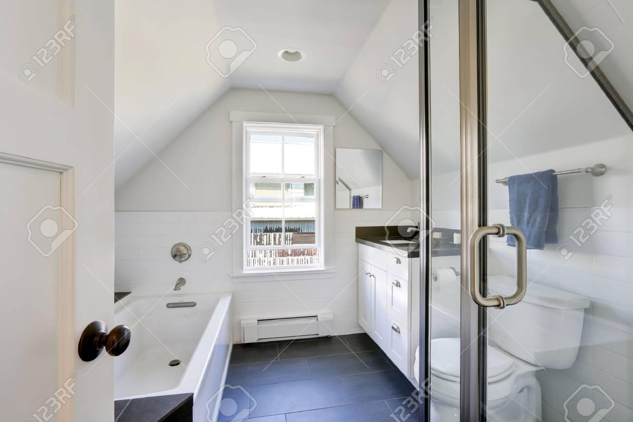 Modernes Weißes Badezimmer Interieur Im Dachgeschoss. Das Zimmer Hat  Gewölbte Decke, Blick Auf Glas