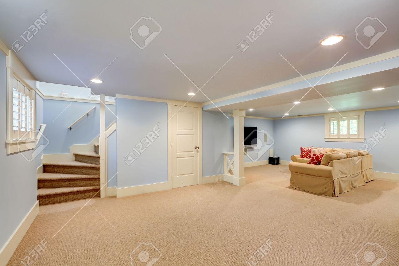 Die Geraumigen Kellerraum Interieur In Blauen Pastelltonen Beige